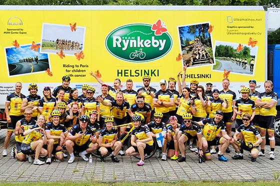 Team Rynkeby -hyväntekeväisyyspyöräilijät Pariisissa heinäkuussa 2017